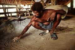 вождь племени описывает их историю чертежом песка в одном из mos стоковая фотография