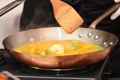 вождь подготовляя соус ресторана Стоковые Изображения RF