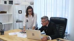 Вождь подписывает документы которые секретарша приносит видеоматериал