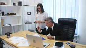 Вождь подписывает документы которые секретарша приносит акции видеоматериалы