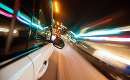 Вождение автомобиля в городе на ноче, движении нерезкости Стоковое Изображение RF