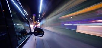 Вождение автомобиля в городе на ноче, движении нерезкости Стоковая Фотография RF