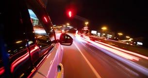 Вождение автомобиля в городе на ноче, движении нерезкости Стоковые Фото