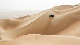 Вождение автомобиля в пустыне Khali al протиркой на пустом квартале, в Abu Стоковое фото RF