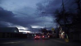 Вождение автомобиля на городе на ноче и ноче видеоматериал
