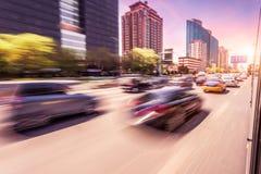 Вождение автомобиля на дороге на заходе солнца, нерезкости движения Стоковые Фотографии RF