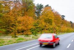 Вождение автомобиля на проселочной дороге. Стоковая Фотография