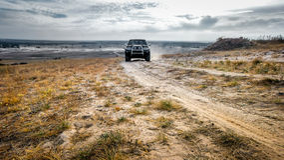 Вождение автомобиля на свернутой дороге в поле Стоковое фото RF