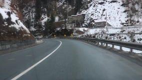 Вождения автомобиля шоссе вниз во время туманной ночи - точки зрения POV видеоматериал