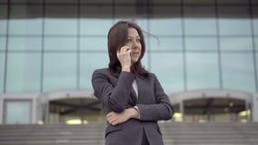 Вождь женщины принимает звонок говоря на сотовом телефоне видеоматериал