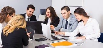 Вождь при профессиональные должностные лица обсуждая подготавливающ контракт Стоковое Фото