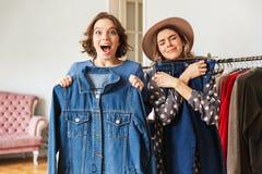 2 возбудили изумительные молодые женщин выбирая одежды Стоковые Изображения