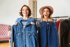 2 возбудили изумительные молодые женщин выбирая одежды Стоковое Изображение RF