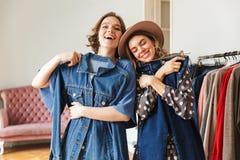 2 возбудили изумительные молодые женщин выбирая одежды Стоковое Изображение
