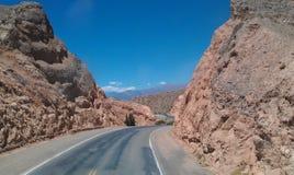 Возбуждая дорога между утесами где-то в Патагонии стоковая фотография