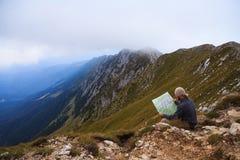 Возбуждая ландшафт с hiker в румынских прикарпатских горах стоковая фотография rf