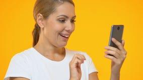 Возбужденная женщина указывая палец в смартфон, современное утверждение применения видеоматериал