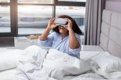 Возбужденная этническая женщина используя виртуальные стекла стоковое фото rf