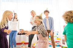 Возбужденные ослепленные друзья девушки улавливая во время игры стоковое фото rf
