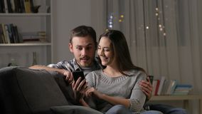 Возбужденные пары находя изумляя содержание телефона сток-видео