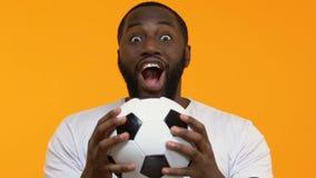 Возбужденные руки футбола черного парня празднуя цель команды, победу спорта, успех акции видеоматериалы