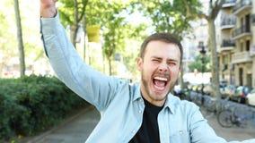 Возбужденный человек смотря камеру в улице сток-видео