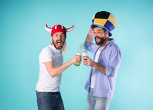 2 возбужденных мужских друз празднуют наблюдая спорт Стоковая Фотография RF