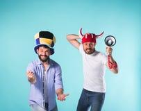 2 возбужденных мужских друз празднуют наблюдая спорт Стоковые Фото
