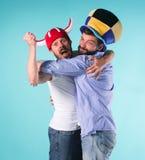 2 возбужденных мужских друз празднуют наблюдая спорт Стоковое фото RF