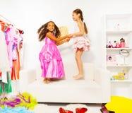 2 возбужденных руки и скачки владением девушек совместно Стоковая Фотография