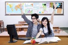 2 возбужденных руки повышения студента совместно в классе Стоковое Изображение RF