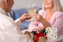 2 возбудили шампанское старших людей выпивая Стоковое Фото