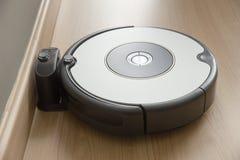 Возвращение пылесоса робота к поручать на доке стоковые фото