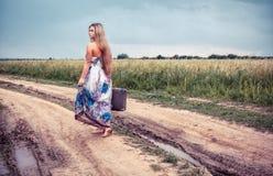 Возвращение сельской девушки к родним местам стоковые изображения rf