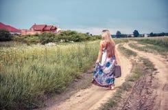 Возвращение сельской девушки к родному месту стоковое фото rf