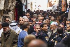 Возвращение людей от молитвы пятницы Израиль Иерусалим стоковая фотография rf