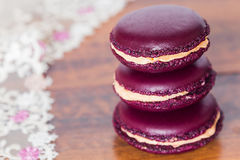 Возвышайтесь от французских macarons на деревянном bacground Стоковая Фотография