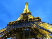Возвышайтесь с освещением в вечере, Парижем, Францией Стоковая Фотография
