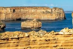 Возвышаясь скалы песчаника на 12 апостолах, гаван Campbell, Виктория, Австралии стоковая фотография rf