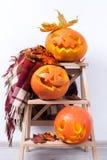 Возглавляет тыквы фонарика на полке хеллоуине Стоковые Изображения RF
