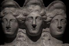 3 возглавили римск-азиатскую старую статую красивых женщин на bl Стоковое фото RF