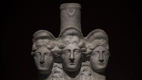 3 возглавили римск-азиатскую старую статую красивых женщин на bl Стоковые Фотографии RF