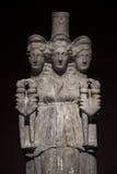 3 возглавили римск-азиатскую старую статую красивых женщин на bl Стоковая Фотография