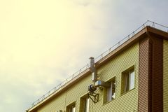 Воздуховод и двигатель на стене здания стоковое изображение