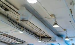 Воздуховод, проводка и трубопровод в торговом центре Труба кондиционера, связывая проволокой трубу, и паяя систему трубы Строя вн стоковое фото
