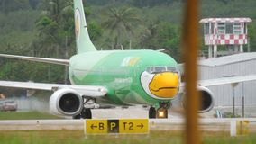 Воздух Боинг 737 Nok ездя на такси сток-видео