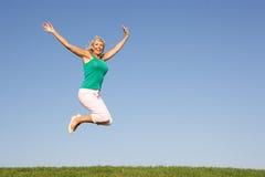 воздух скача старшая женщина стоковое изображение