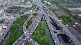 Воздушная верхняя часть вниз с взгляда супер шоссе в час пик сток-видео
