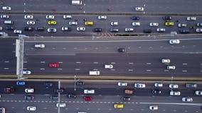 Воздушная верхняя часть вниз с взгляда супер шоссе в час пик акции видеоматериалы