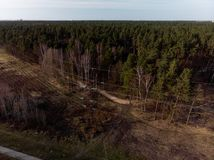 Воздушная кинематографическая съемка высоковольтной башни столба металла стоковые фото